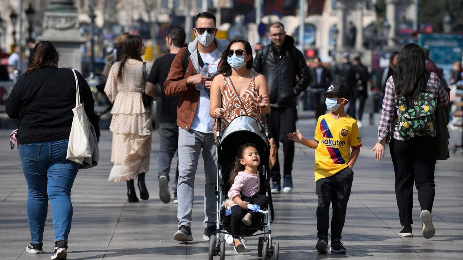 Una familia pasea por Las Ramblas de Barcelona este viernes