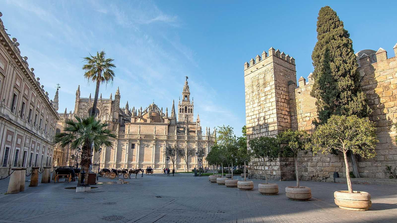 Las calles más turísticas y comerciales de Sevilla se han quedado casi desiertas con motivo de la crisis del coronavirus.
