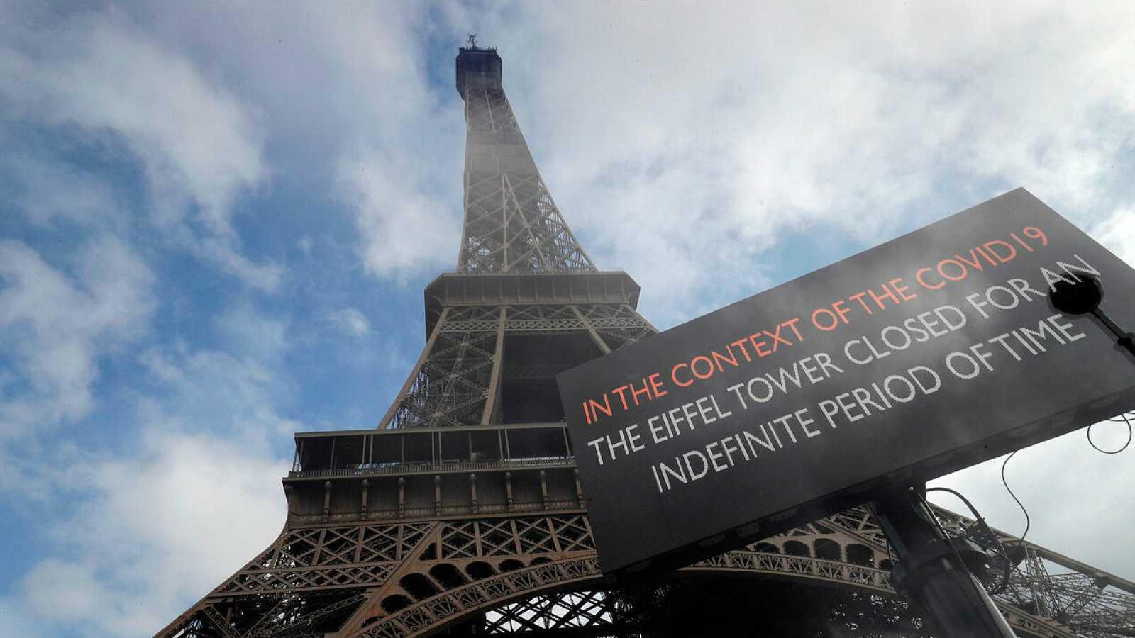 Cartel en la Torre Eiffel en la que advierte de su cierre por el coronavirus