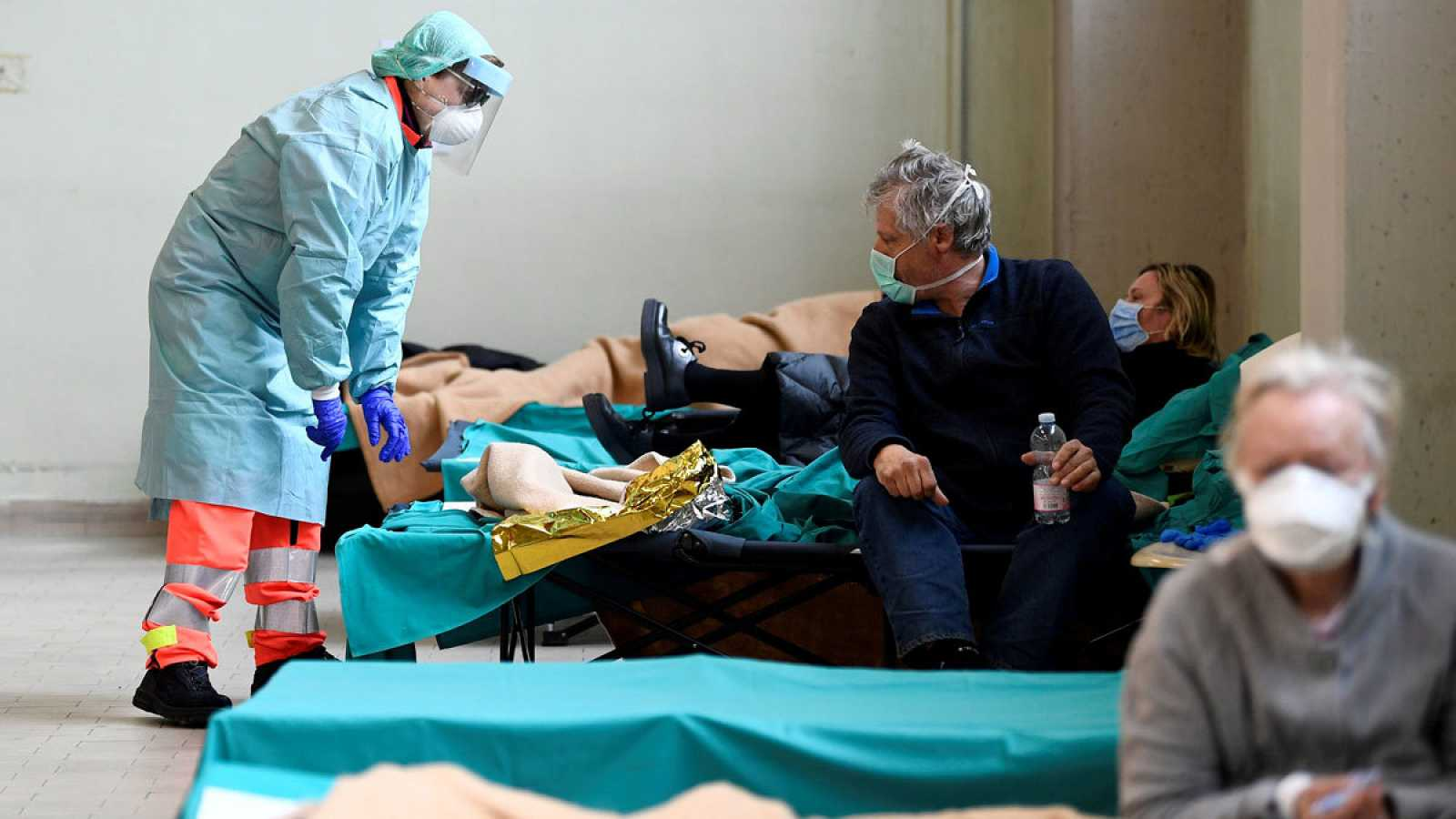 Personal sanitario atiende a los enfermos con coronavirus en Italia