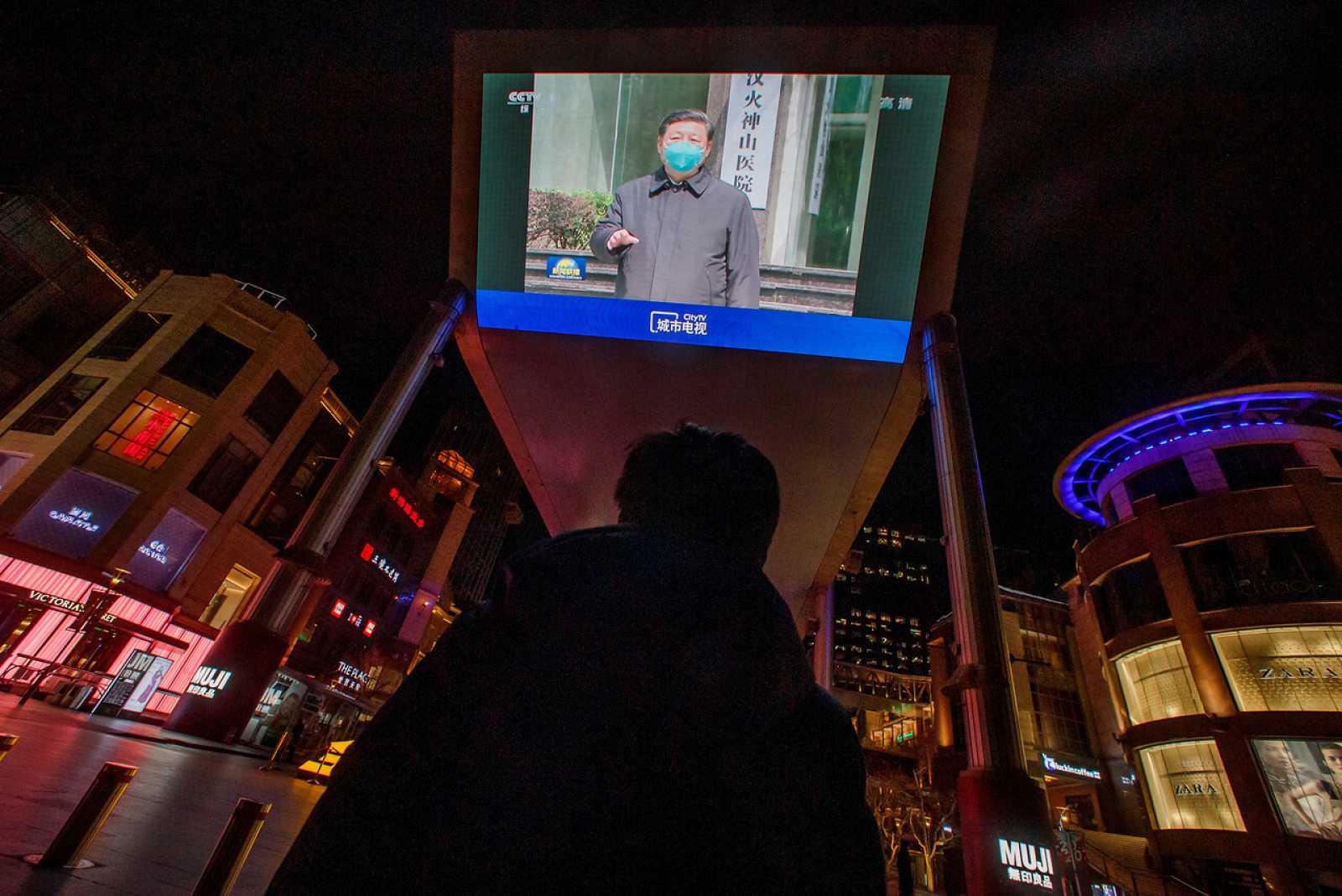 Una pantalla muestra al presidente chino, Xi Jinping, durante su visita a Wuhan