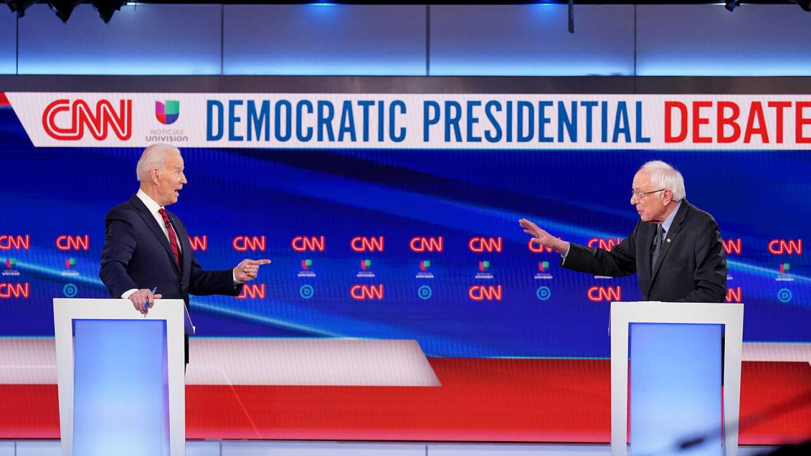Joe Biden y Bernie Sanders durante el debate en Washington