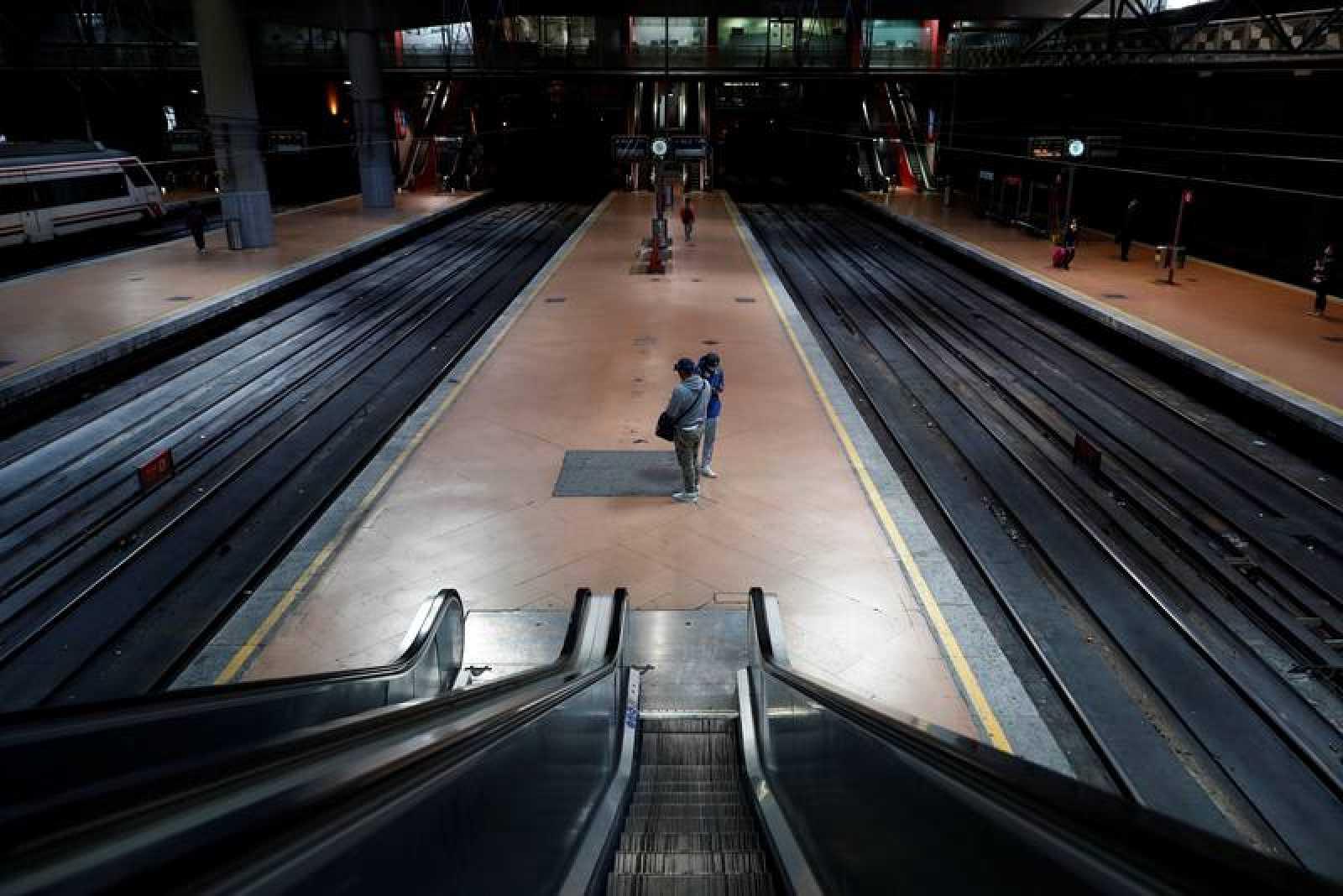 Andenes vacíos en la estación de Cercanías de Atocha este lunes en Madrid.