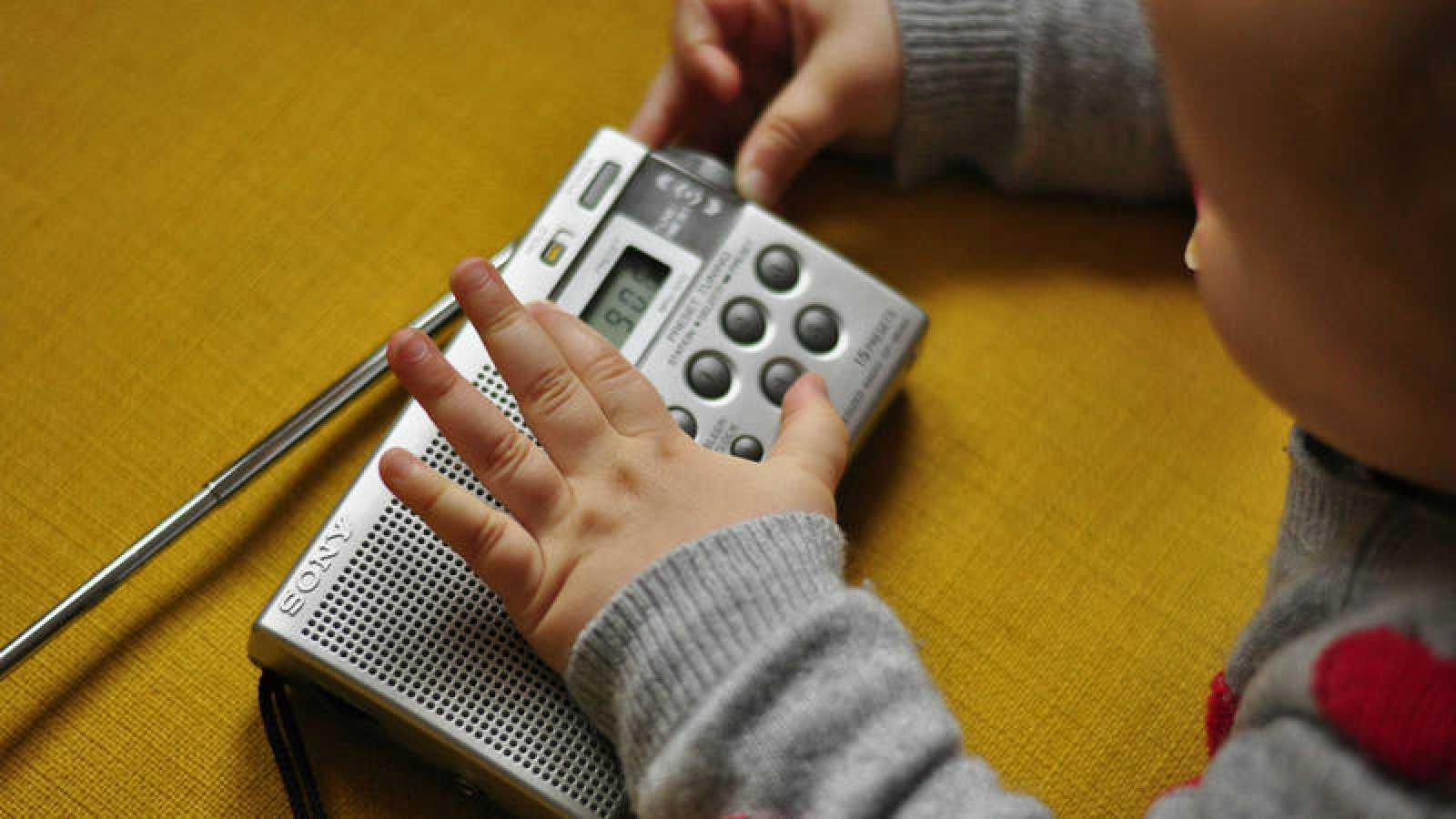 Bebé sintonizando Radio 5