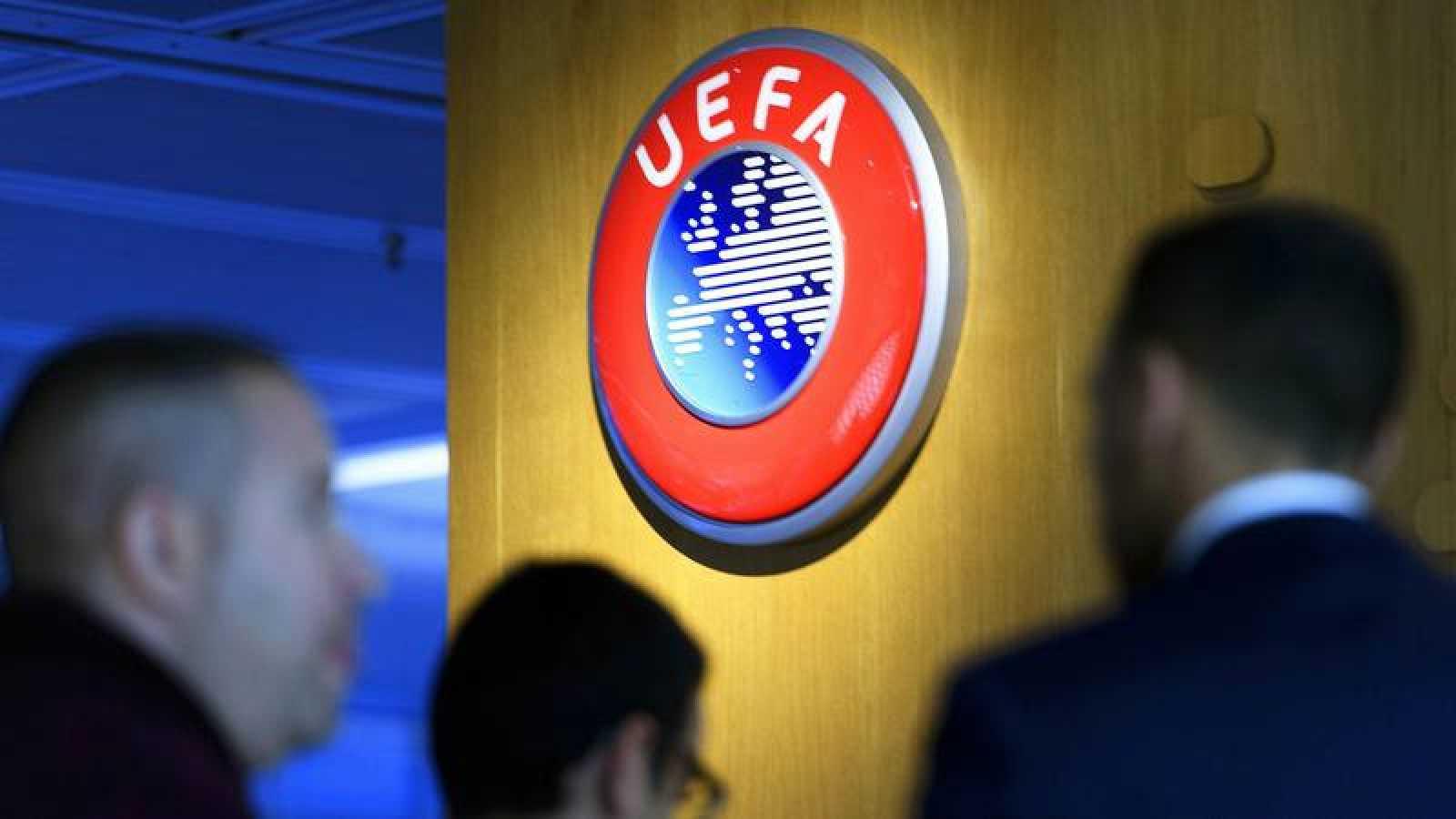 Imagen del logotipo de la UEFA en su sede de Nyon.