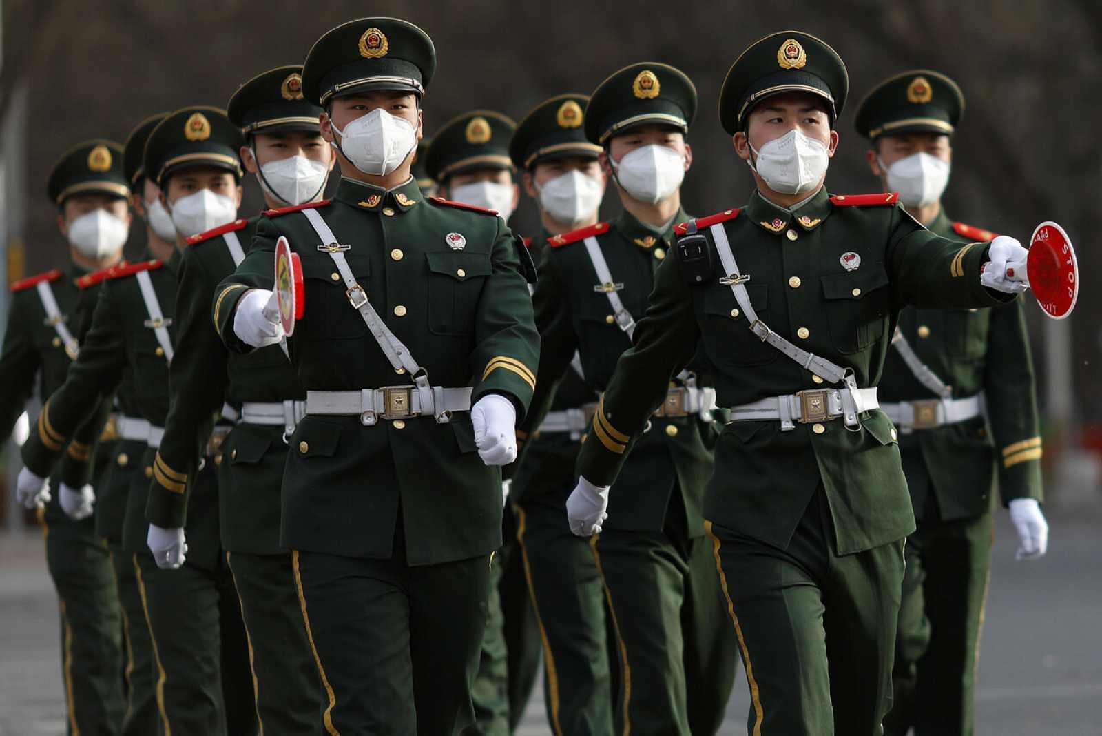 Un grupo de oficiales paramilitares camina por Pekín