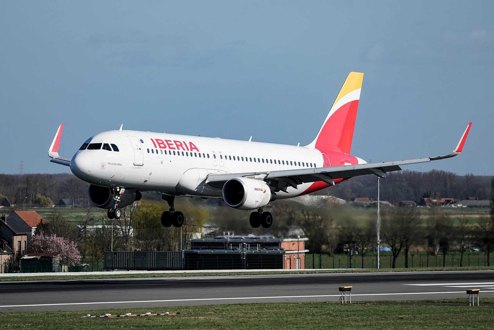 Imagen de un n Airbus A-320 de la compañía Iberia.