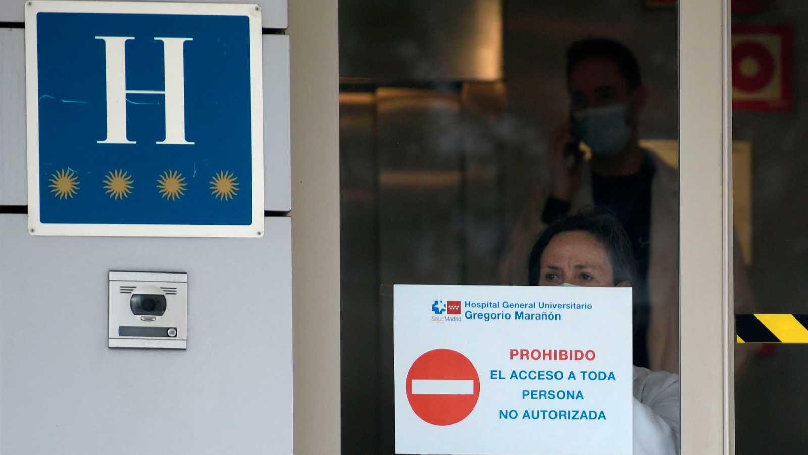Un cartel médico cuelga en el Gran Hotel Colon de Madrid, uno de los hospitales medicalizados en la capital de España para atender casos de coronavirus.