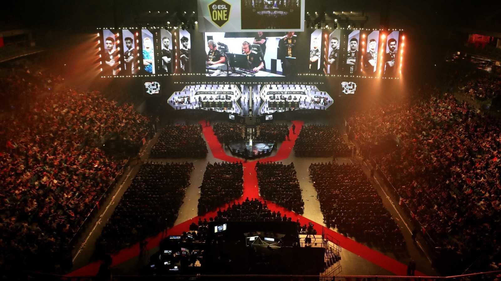 Espectadores siguen el evento ESL One en el LANXESS Arena en Colonia, Alemania