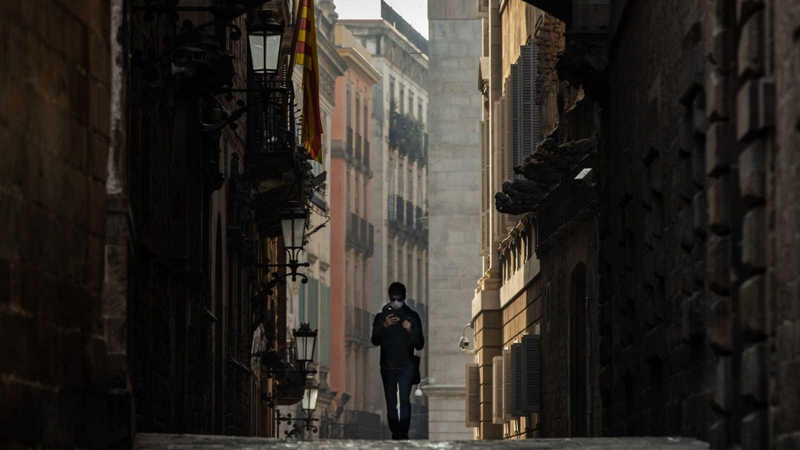 Una persona pasea por Barcelona durante el estado de alarma