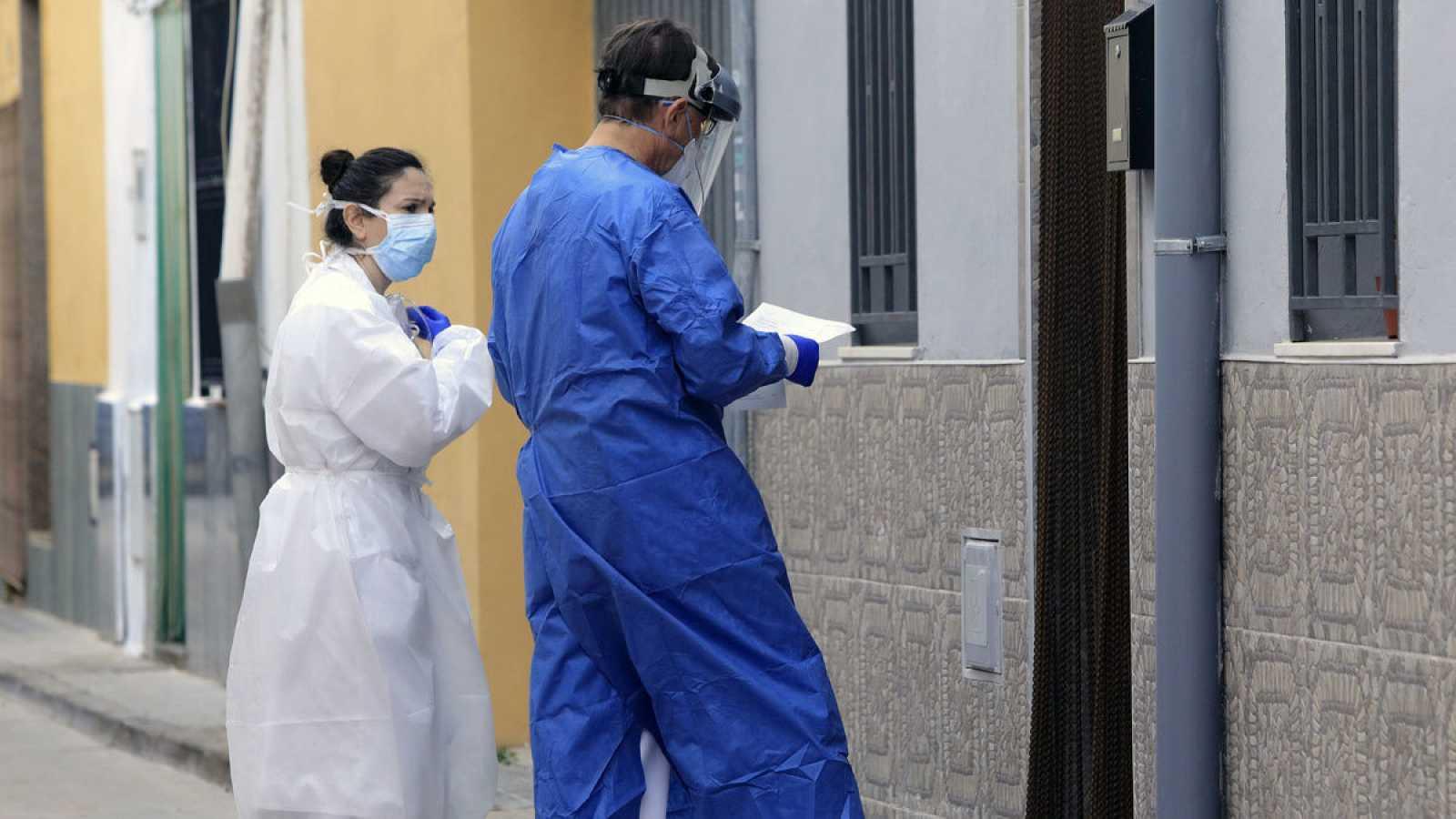 Dos sanitarios se dirigen a visitar a un paciente a domicilio en la localidad castellonense e Almassora