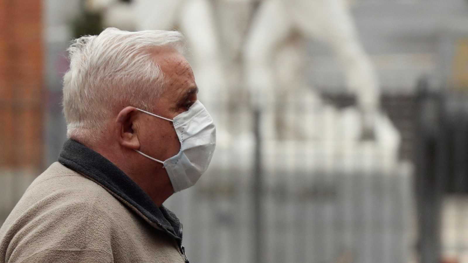 Un hombre con mascarilla en el madrileño barrio de Malasaña