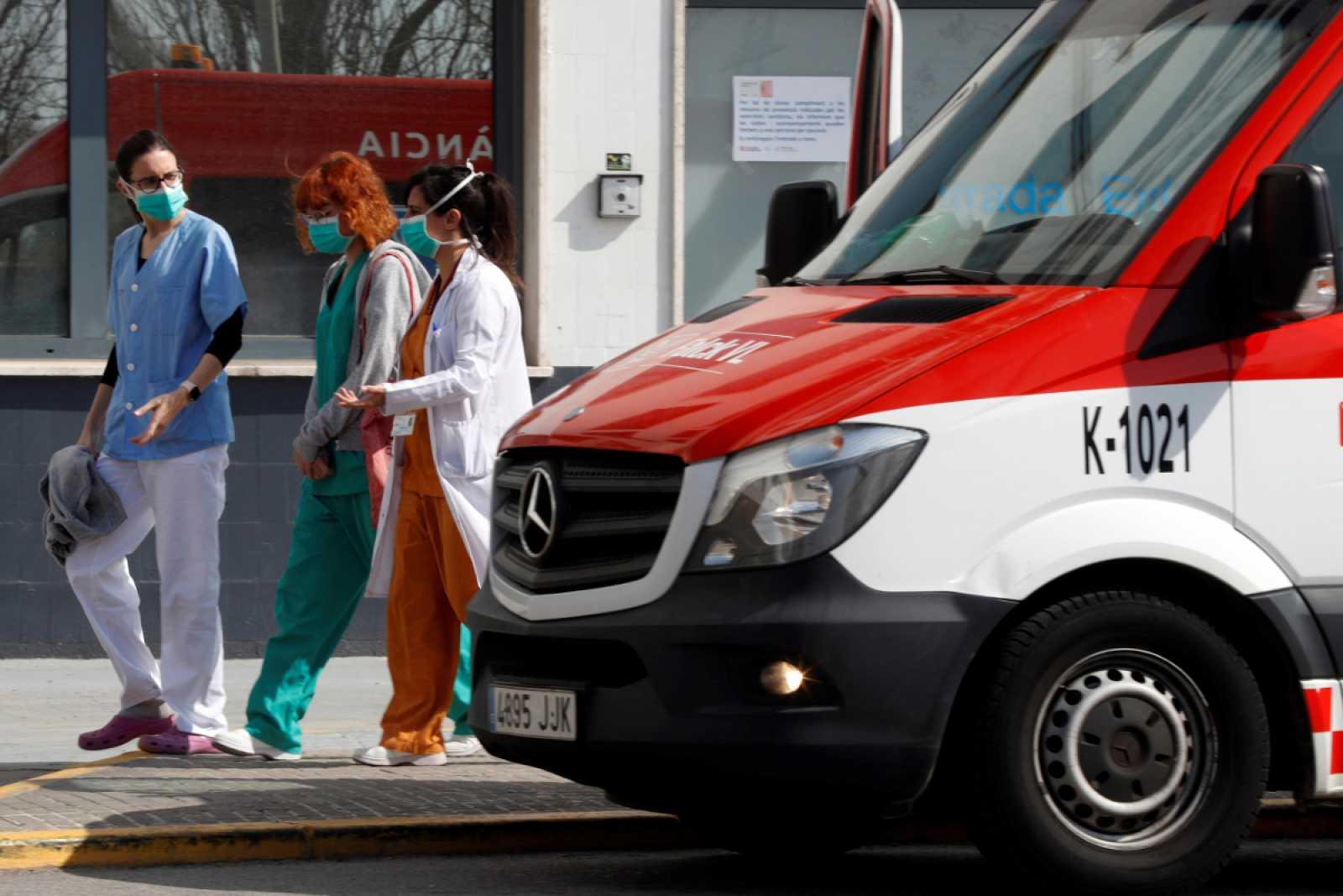 Personal sanitario a la salida de un hospital en España