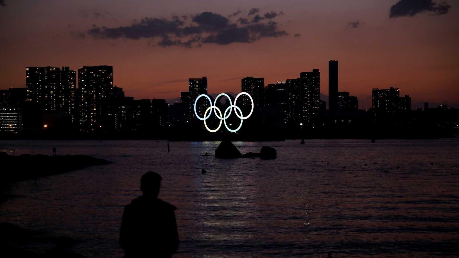 Imagen de los aros olímpicos en la ciudad de Tokio
