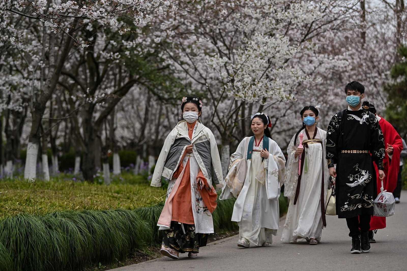 Jóvenes con trajes de la dinastía Tang en Shanghái