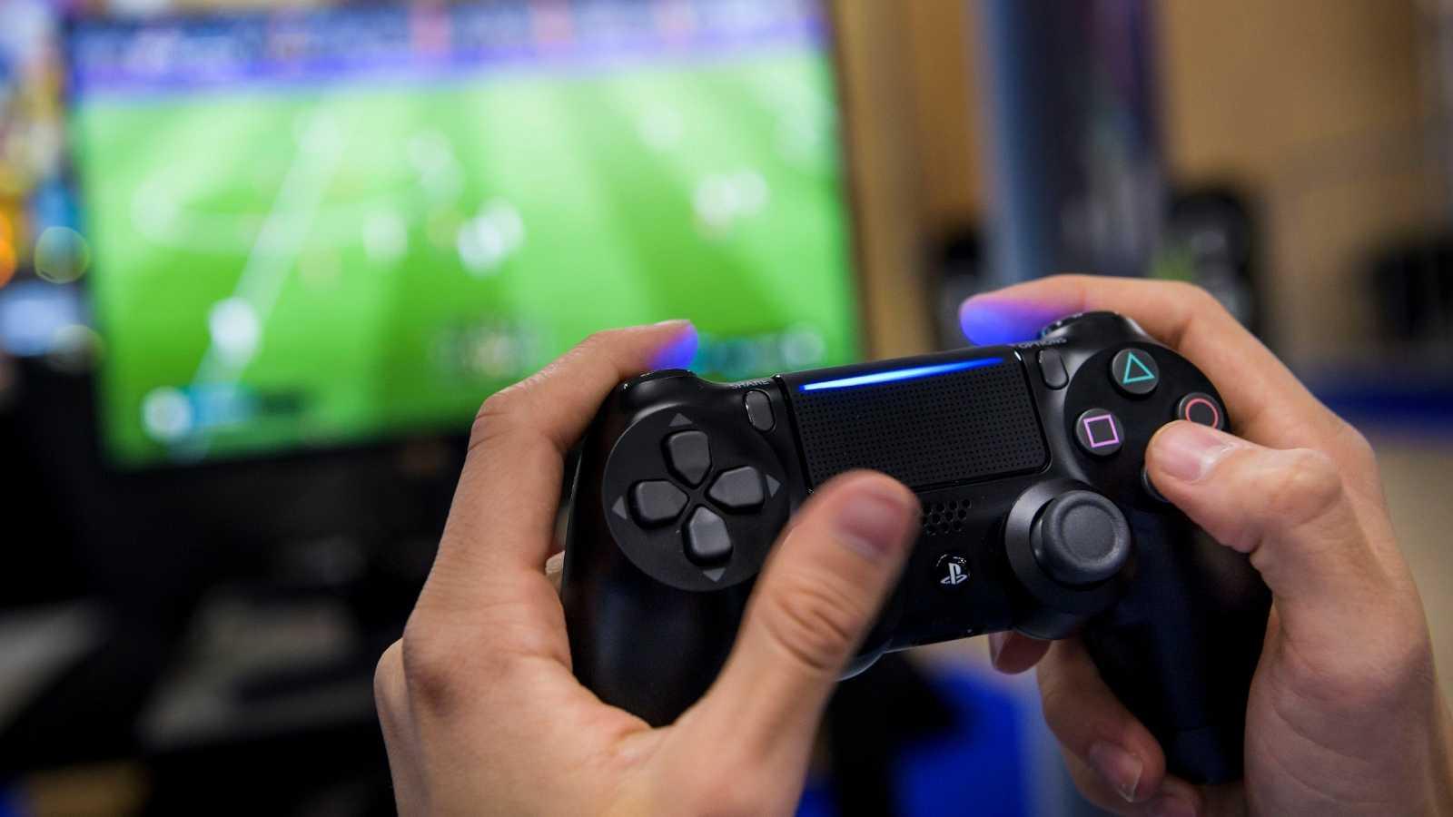 Un aficionado jugando al videojuego FIFA 20