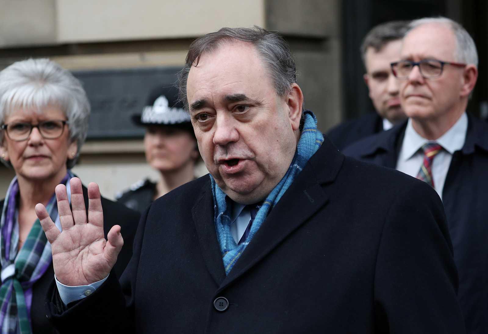 El exministro principal de Escocia Alex Salmond sale del Tribunal Supremo de Edimburgo.