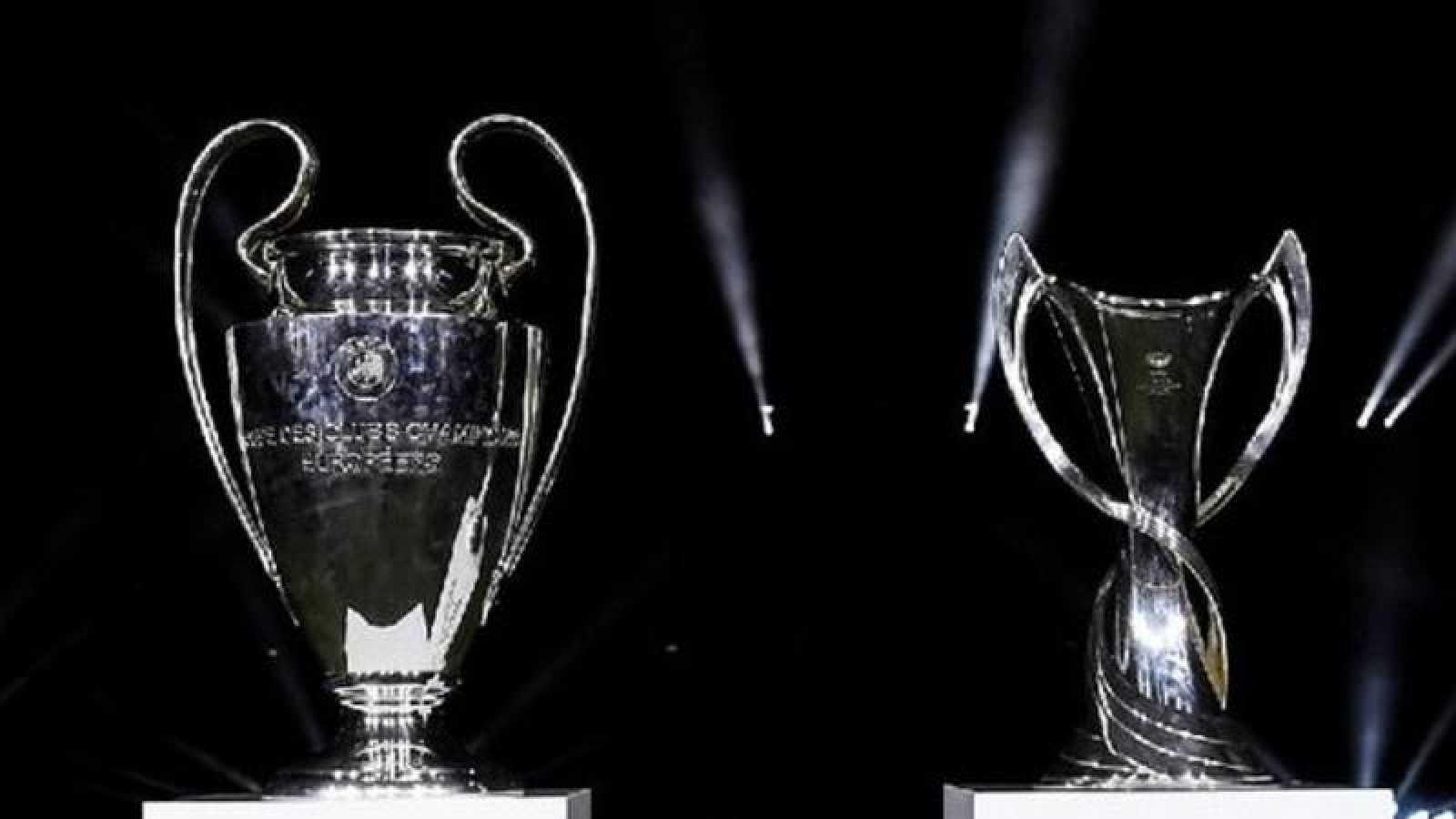 Los trofeos de la Champions League masculina (i) y femenina (d)