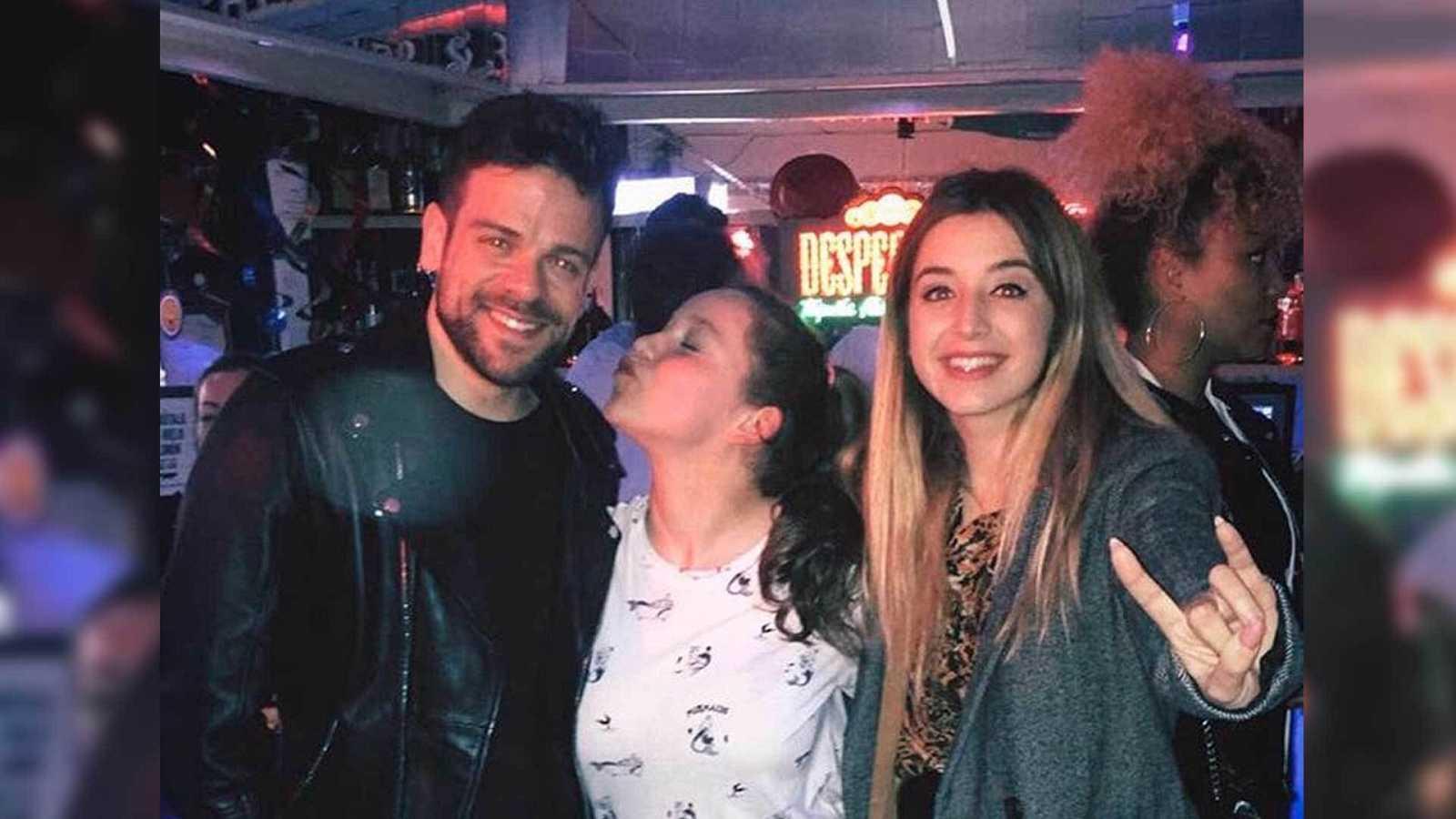 Eva, de OT 2020, posa entre Ricky Merino y Mimi Doblas