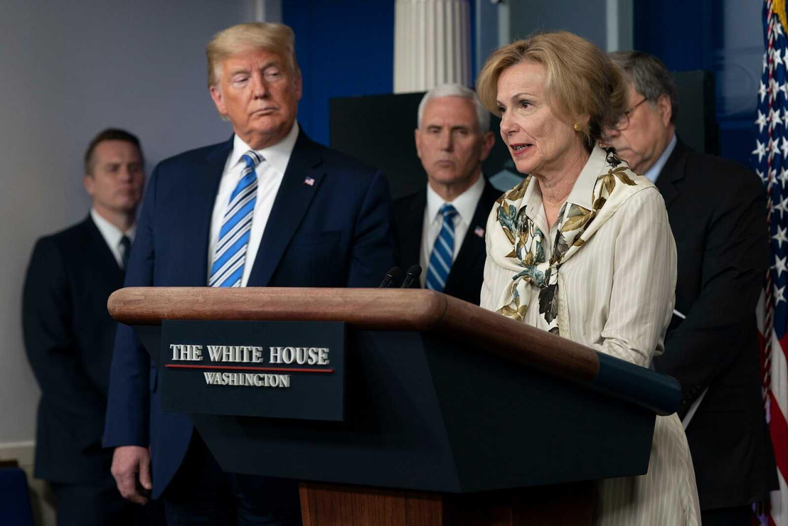 Donald Trump y la coordinadora de respuesta al coronavirus de la Casa Blanca, Deborah Birx