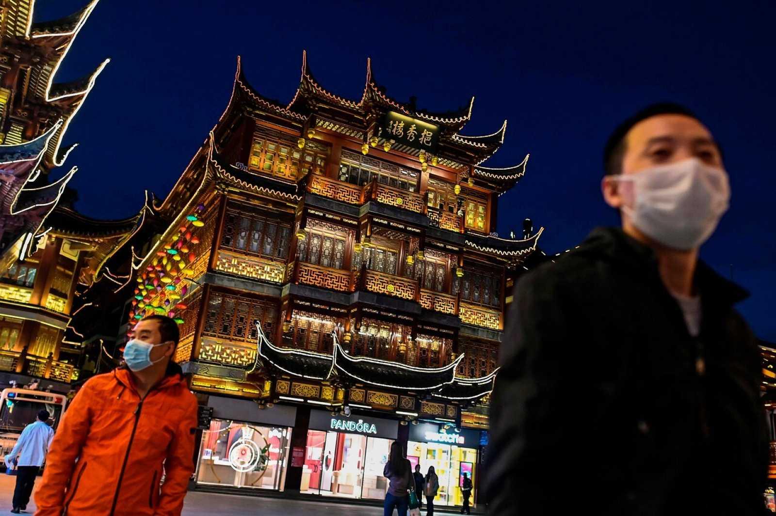 Dos personas visitan el Jardín Yu en Shanghái