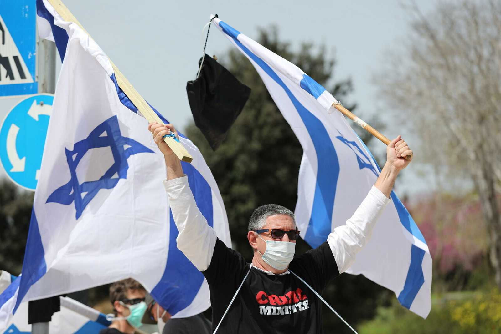 Activistas de la izquierda israelí protestan frente al Knesset en Jerusalén por la paralización política