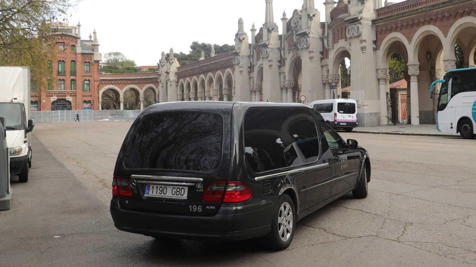 Un coche fúnebre llega al cementerio de La Almudena, en Madrid