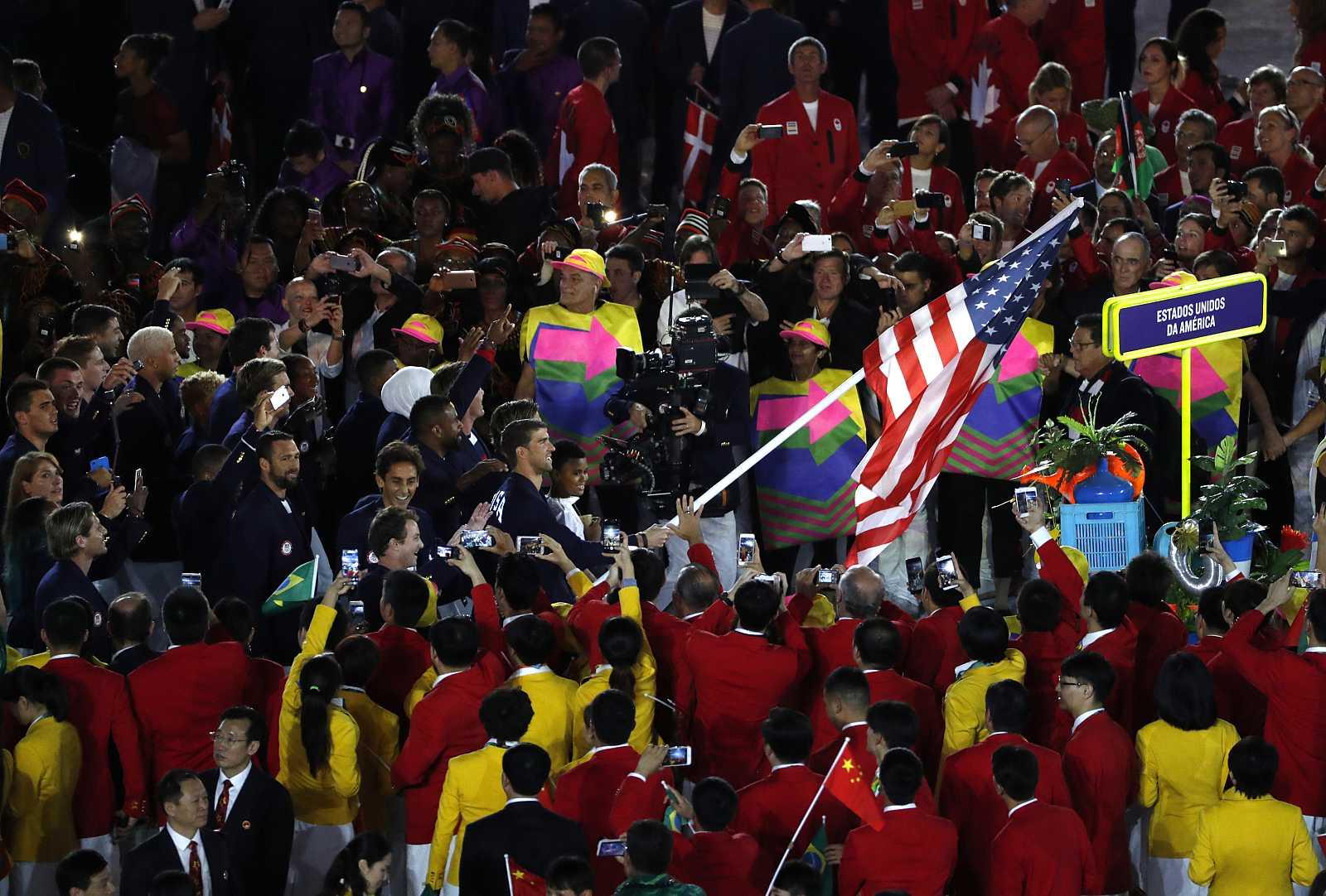 El nadador Michael Phelps (c) encabeza la delegación de Estados Unidos durante la ceremonia de inauguración de los Juegos Olímpicos Río 2016 (5 de agosto de 2016)