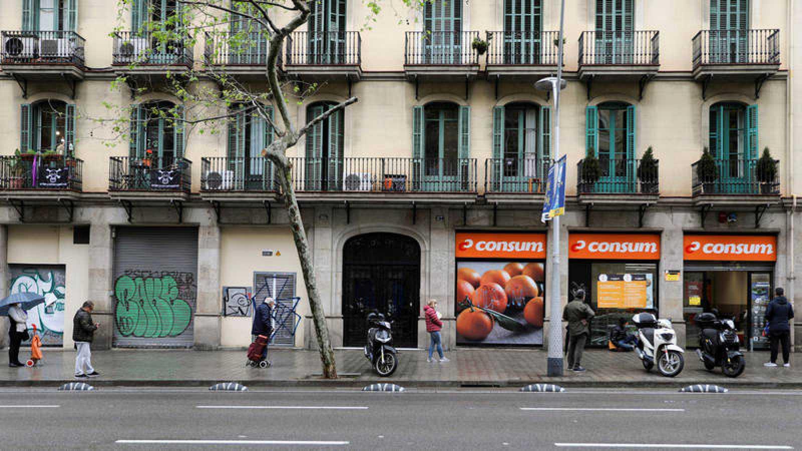 Cola en el exterior de un supermercado en Madrid