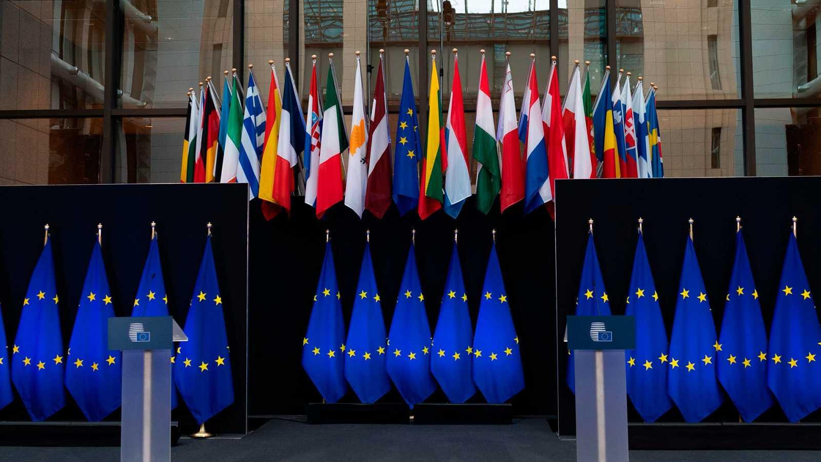 Las banderas de los Estados miembros junto a la de la Unión Europea en la sede de la Comisión Europea en Bruselas