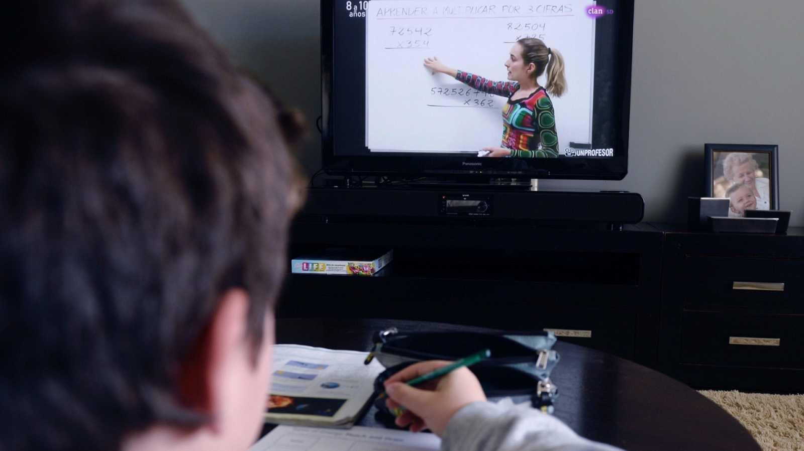 Un niño sigue desde el televisor de su casa, la programación educativa del canal Clan de RTVE