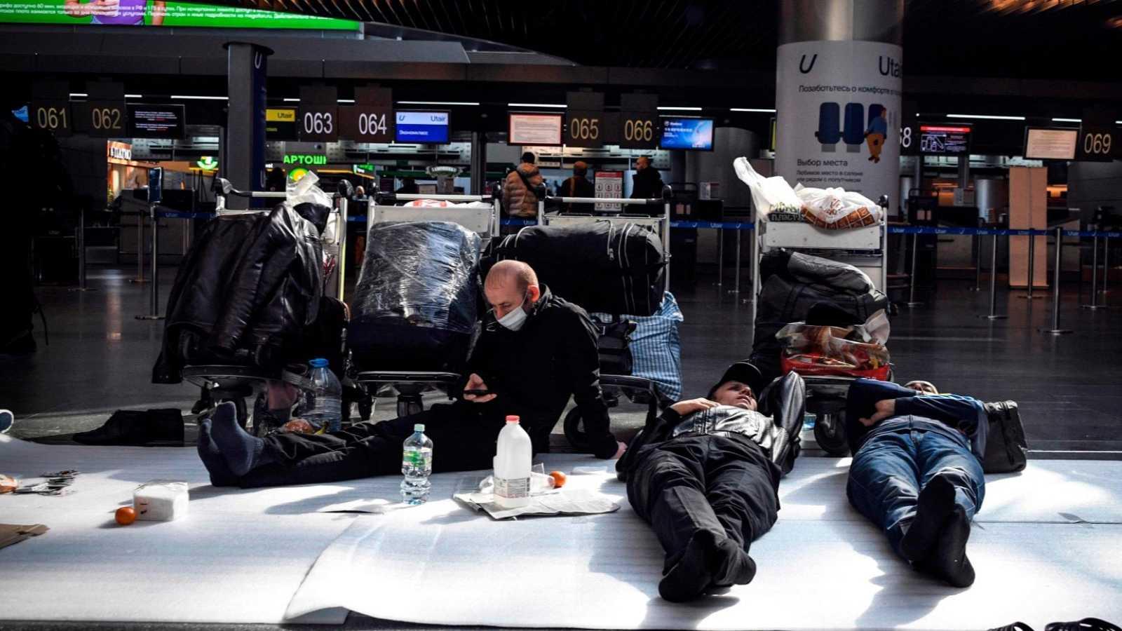 Españoles atrapados en aeropuertos extranjeros