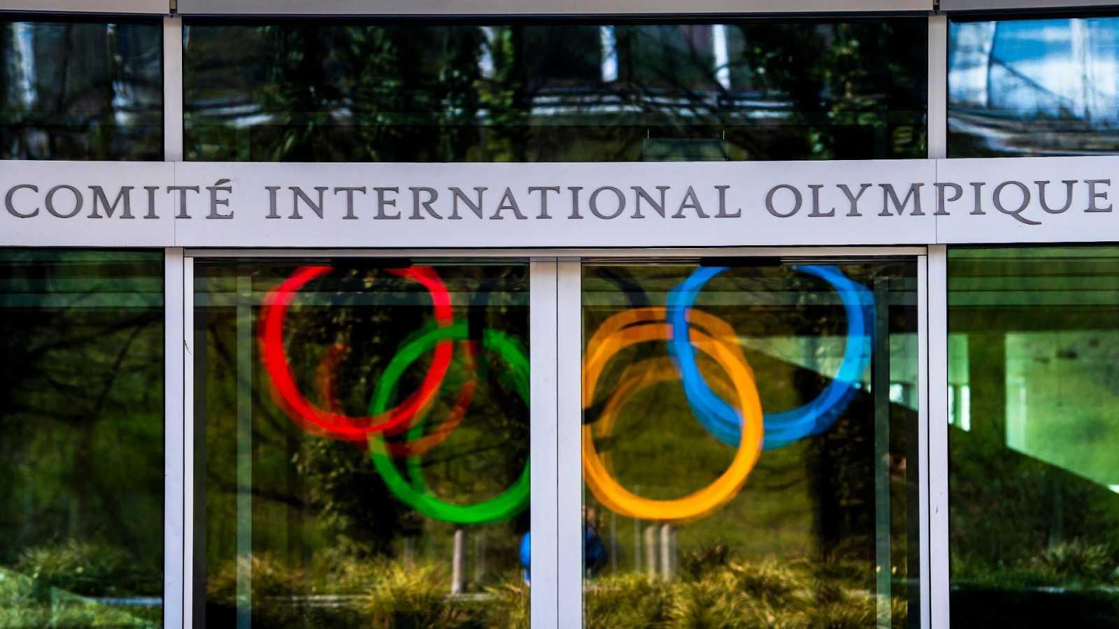 Los aros olímpicos se ven reflejados en las cristaleras de la sede del Comité Olímpio Internacional