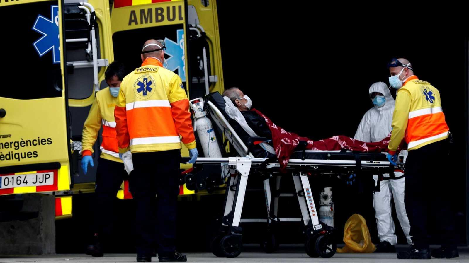 Personal sanitario traslada a un enfermo en la entrada de urgencias del Hospital de Bellvitge en Barcelona