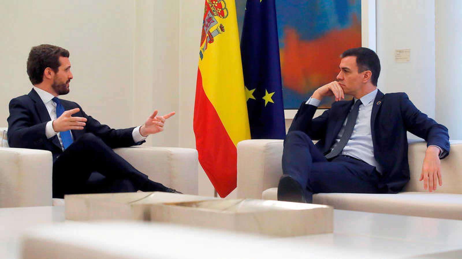 Barómetro CIS: Pedro Sánchez recibe a Pablo Casado en el Palacio de la Moncloa el pasado 17 de febrero