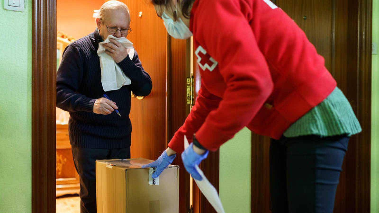 Un pensionista recibe ayuda a domicilio