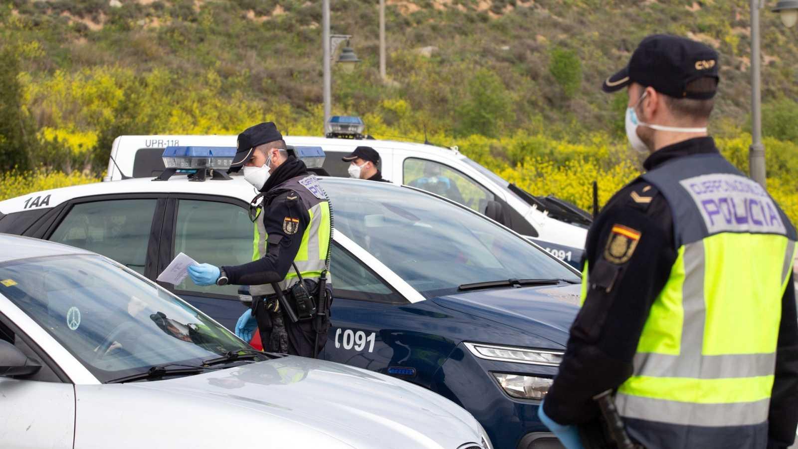 La policía pide los papeles a un conductor en Logroño, este viernes durante la segunda semana de aislamiento para frenar el coronavirus.