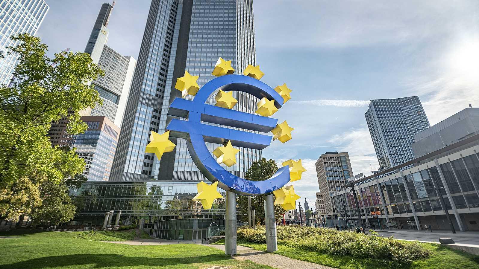 Antiguo edificio del BCE con el símbolo del euro en Frankfurt.