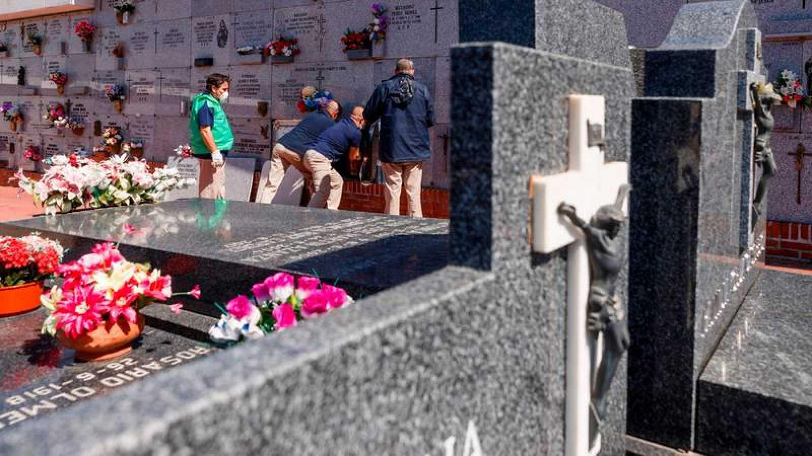Entierro en el cementerio de Fuencarral, en Madrid, de una persona fallecida con coronvirus Covid-19