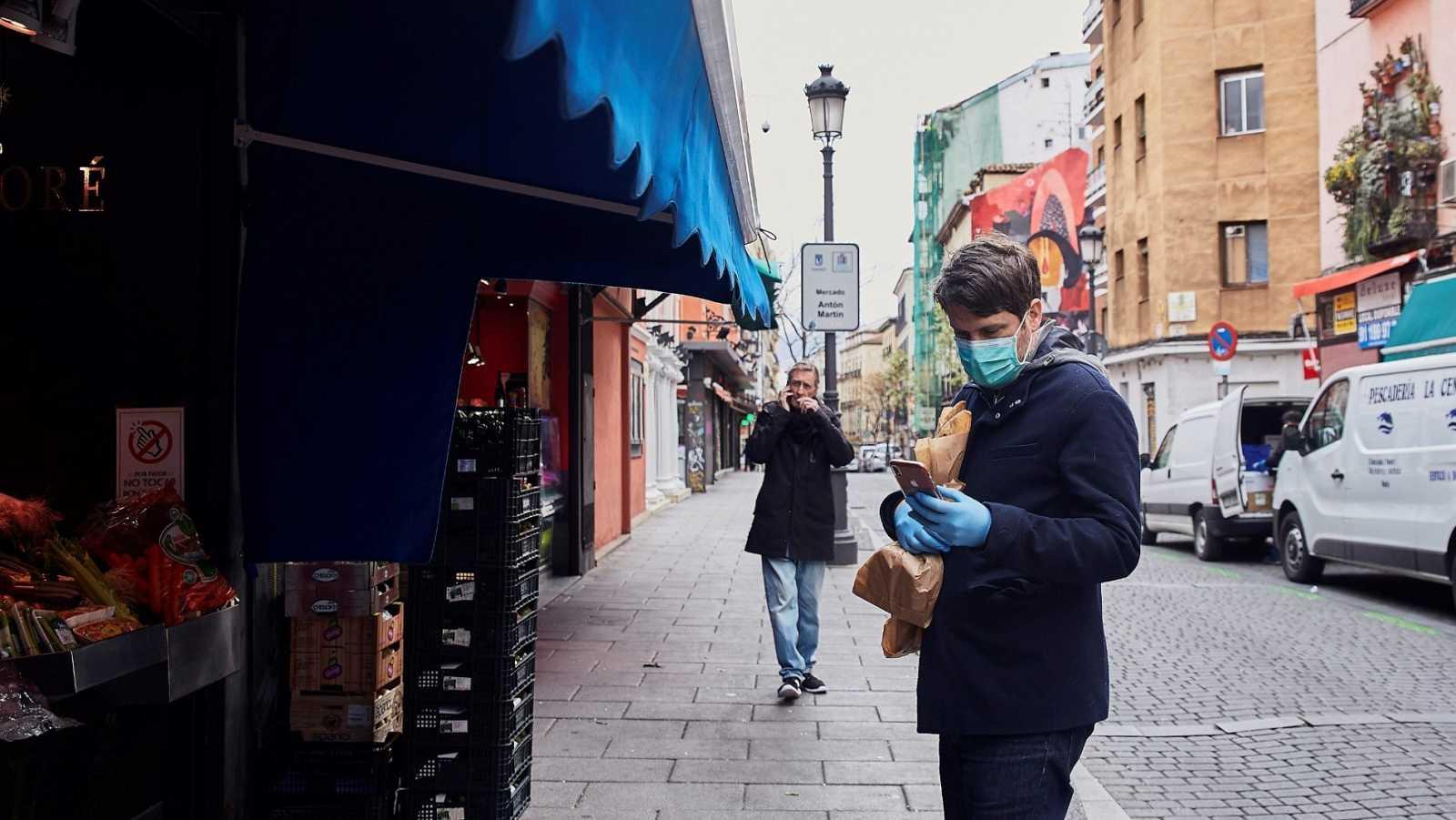 Un hombre espera su turno en una frutería del Mercado de Antón Martín en Madrid.