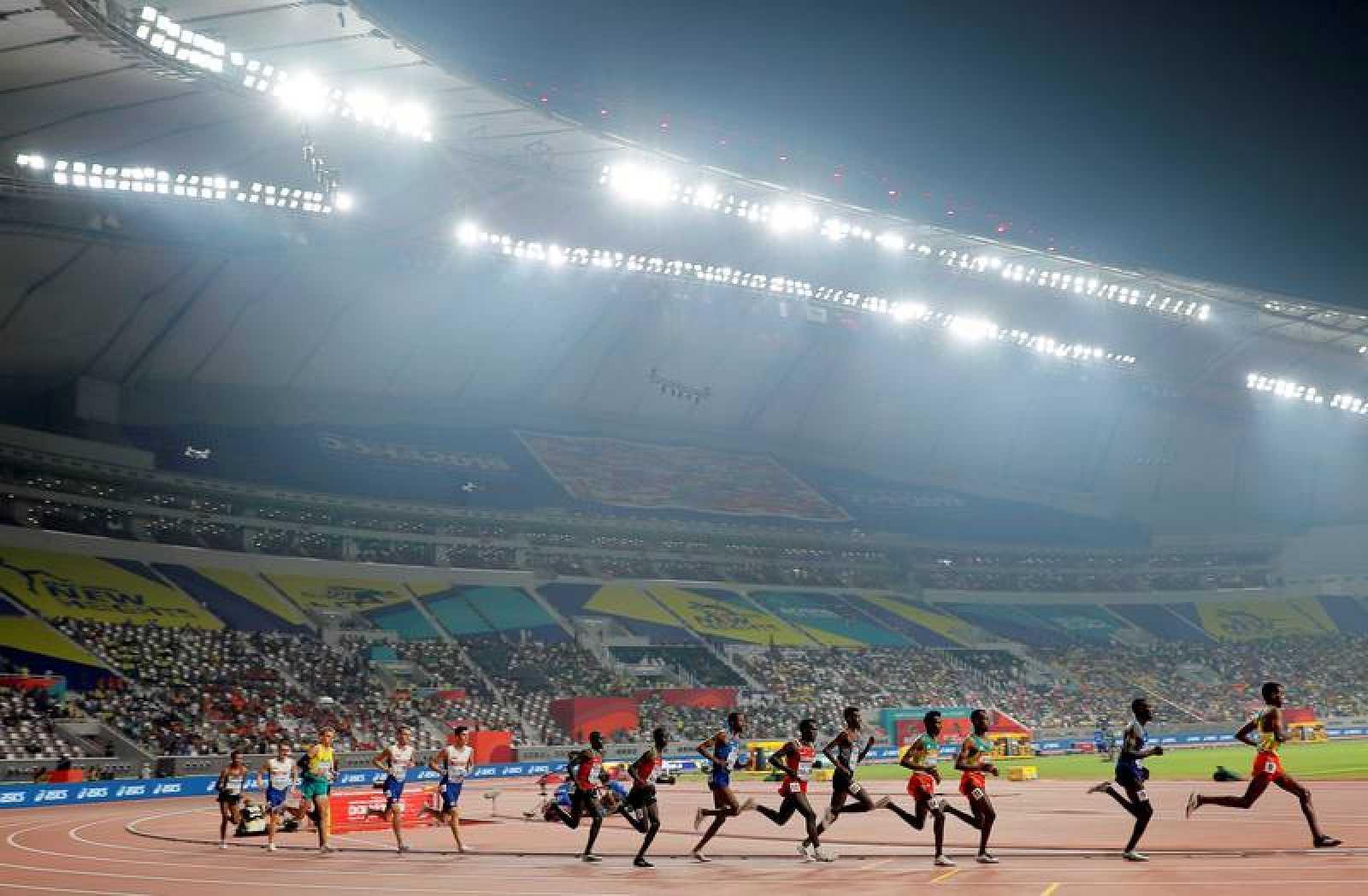 Imagen de la final de 5.000 metros lisos masculina del pasado Mundial de atletismo en Doha.