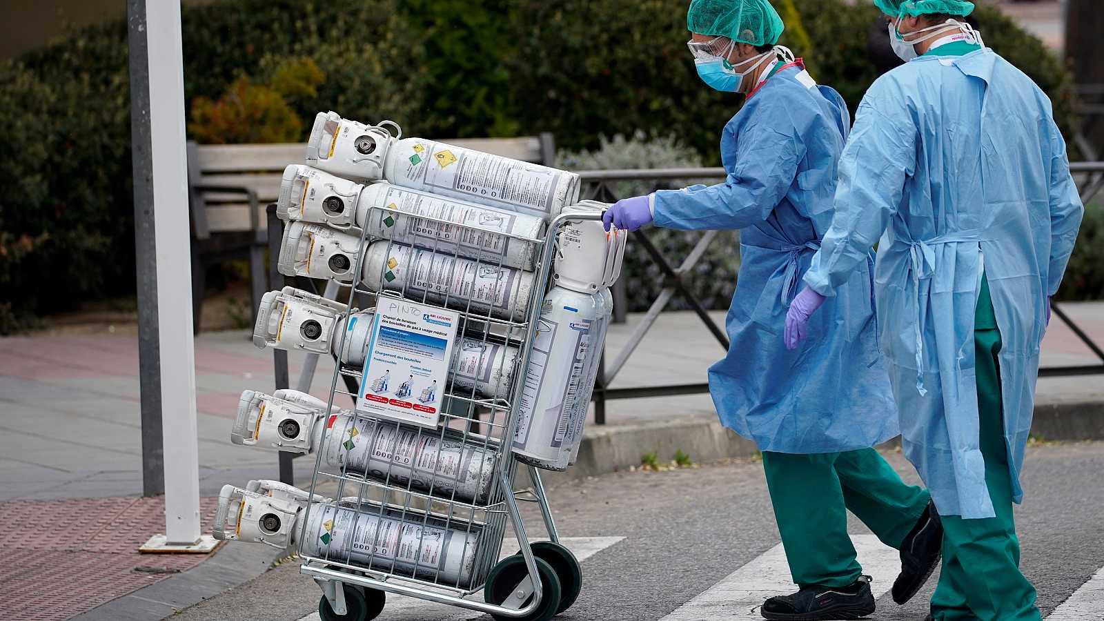Personal sanitario transporta bombonas de oxígeno en el Hospital 12 de Octubre de Madrid.