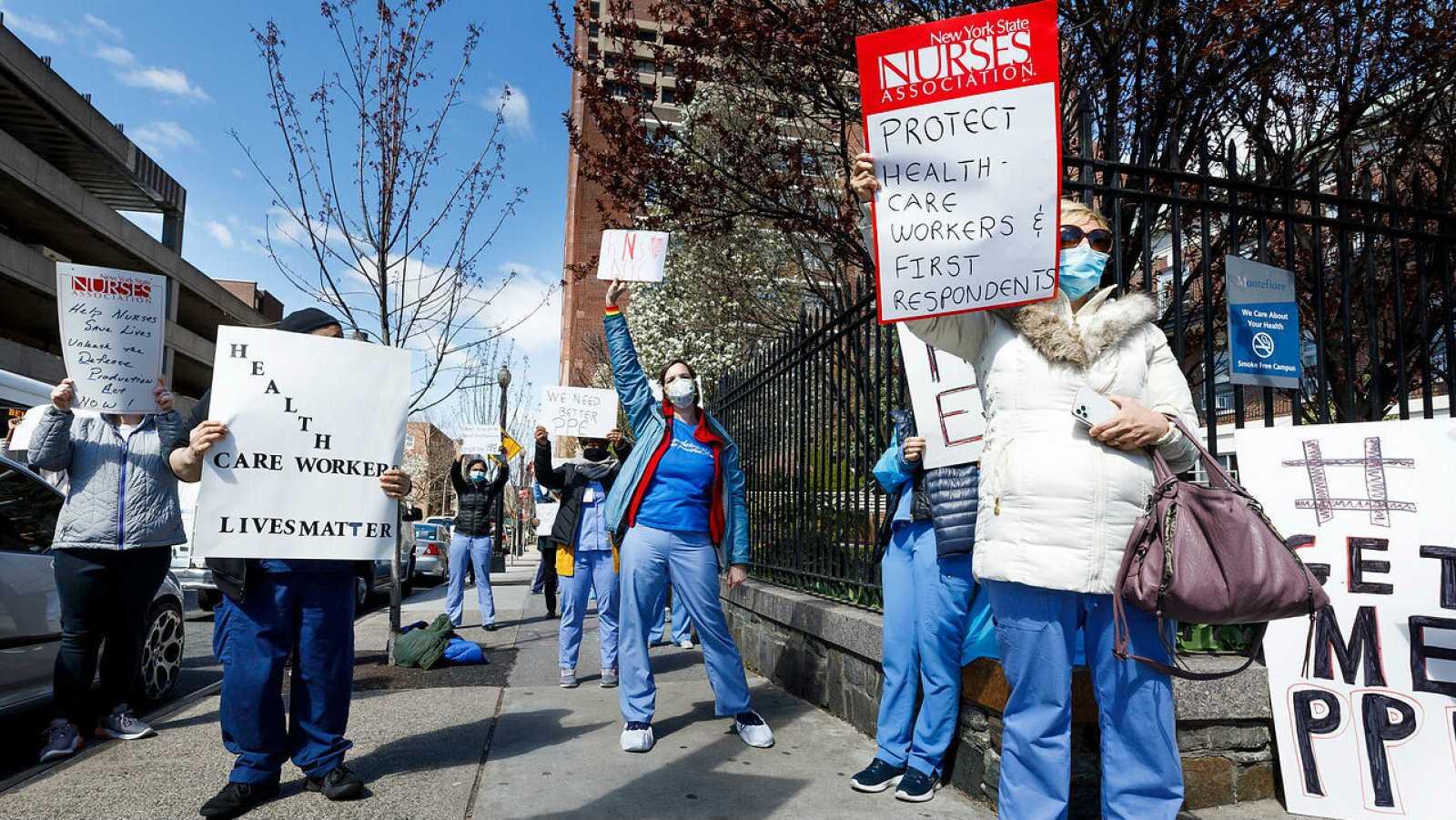 Un grupo de enfermeras protesta sobre la falta de equipo de protección personal y material sanitario fuera del hospital Montefiore en el Bronx, Nueva York.