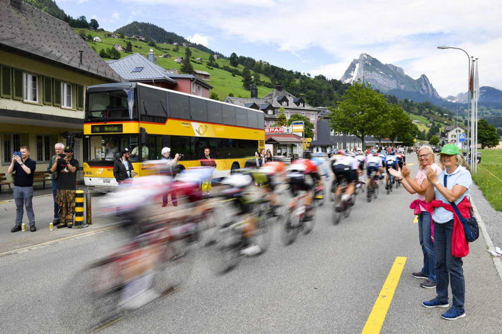 Imagen del pelotón durante la sexta etapa del Tour de Suiza 2019.