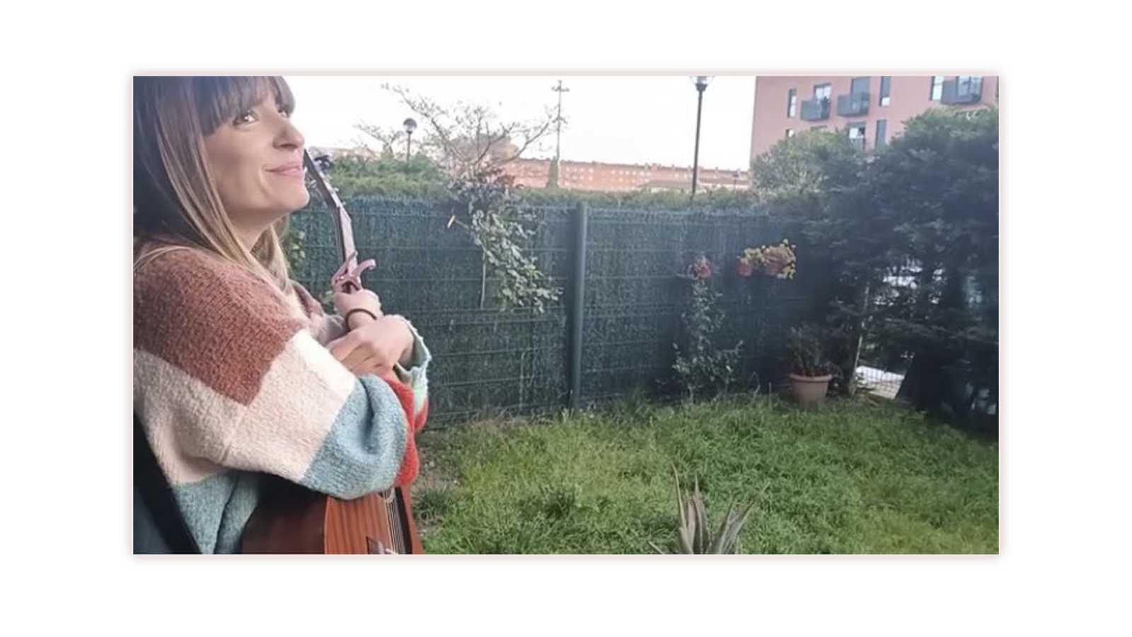 Maialen en el jardín de su casa después de cantar para sus vecinos