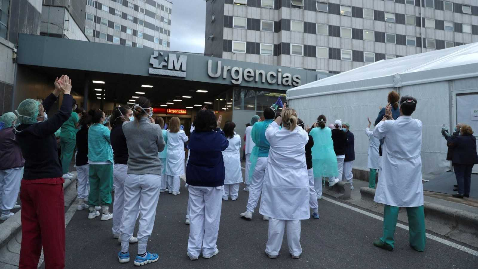 Los sanitarios de urgencias del madrileño Hospital de La Paz aplauden a sus compañeros por su labor