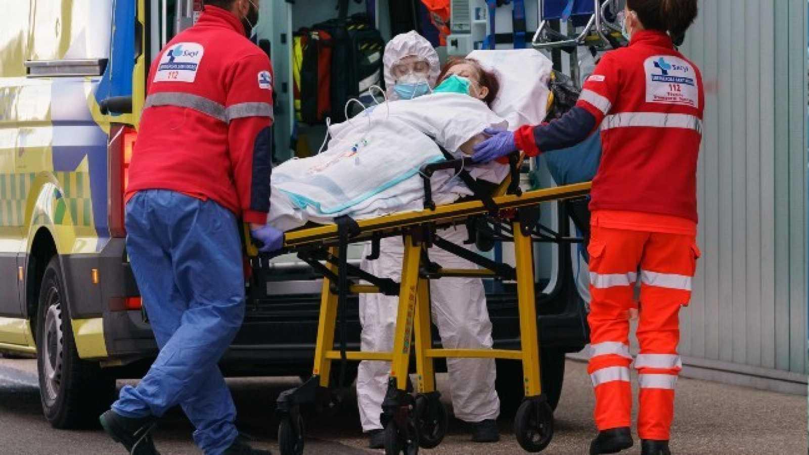 Varios celadores trasladan a una paciente con coronavirus al Hospital de Burgos