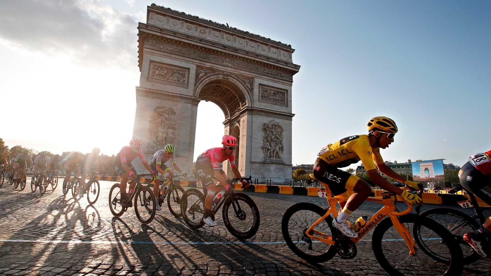 El ciclista colombiano Egan Bernal pasa por el Arco del Triunfo durante la etapa final del Tour de Francia