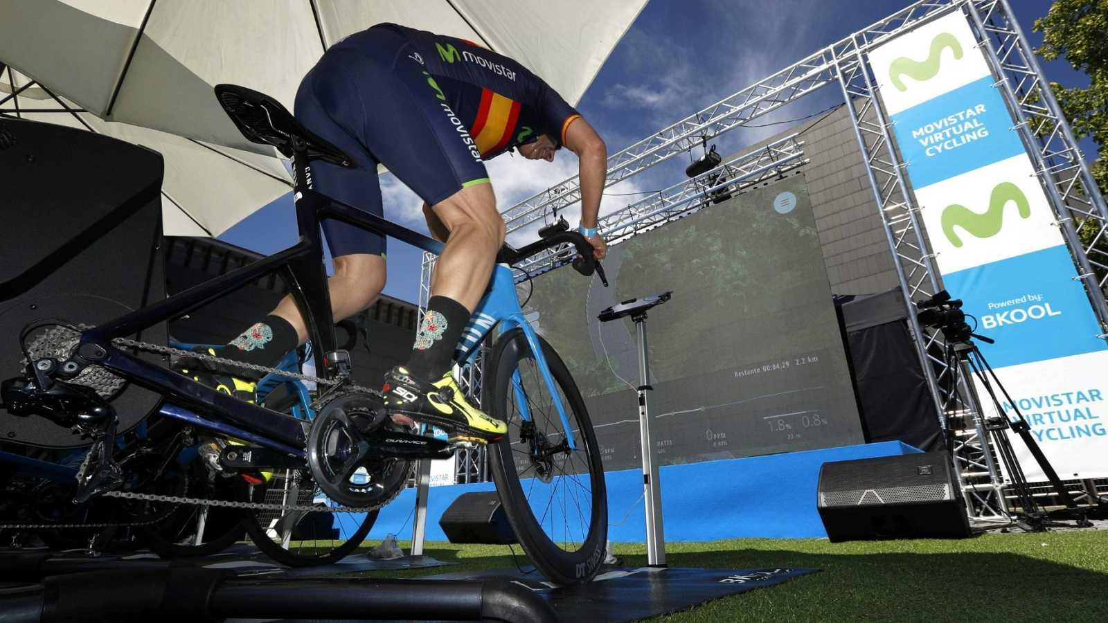 Un participante pedalea en un simulador durante la segunda prueba Endurence de Movistar Virtual Cycling del campeonato del mundo con bicicleta y rodillo con tecnología Bkool