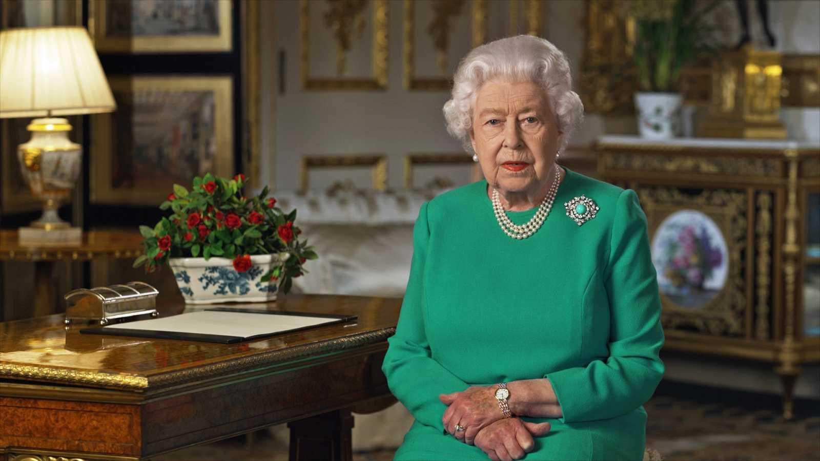 Isabel II de Inglaterra, durante la grabación del mensaje en Buckingham Palace.